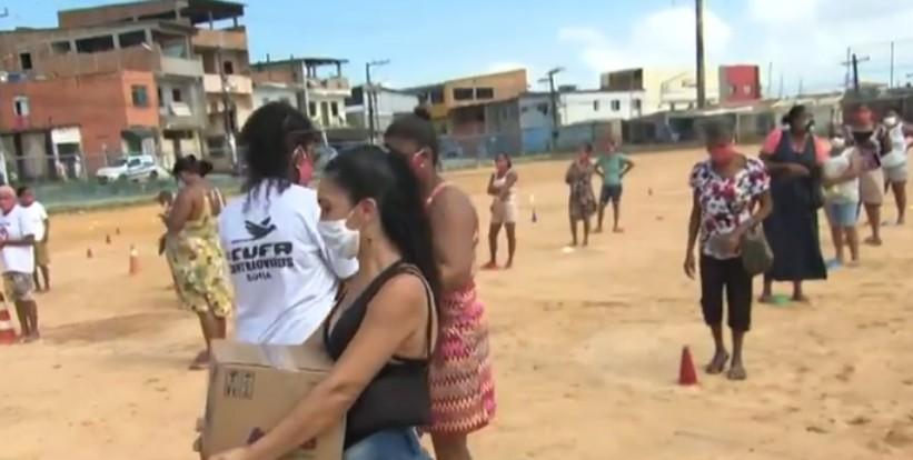 Mães da Favela: grupo distribui cestas básicas e vale gás a famílias do Bairro da Paz, em Salvador