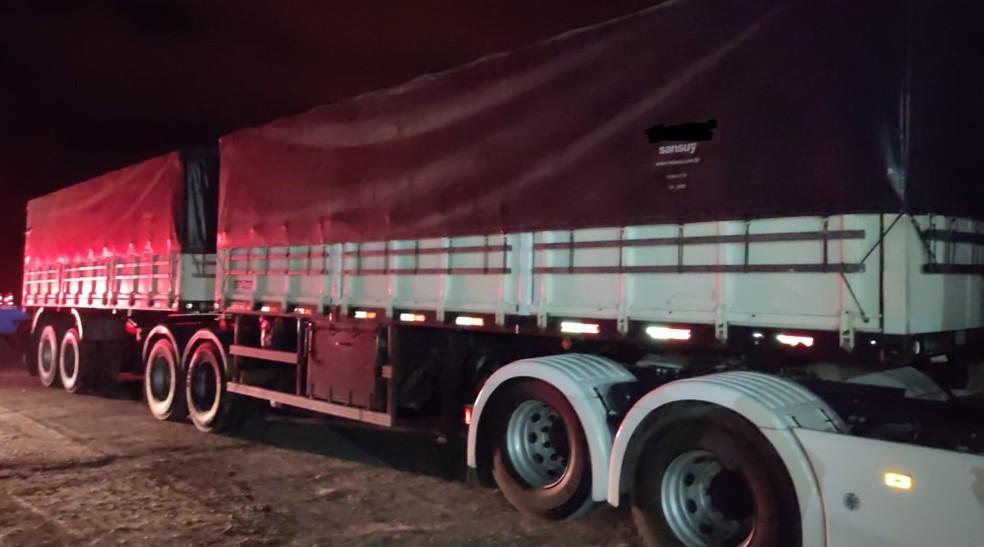 Carro e caminhão bateram lateralmente na Rodovia Comandante João Ribeiro de Barros (SP-294) — Foto: Polícia Rodoviária