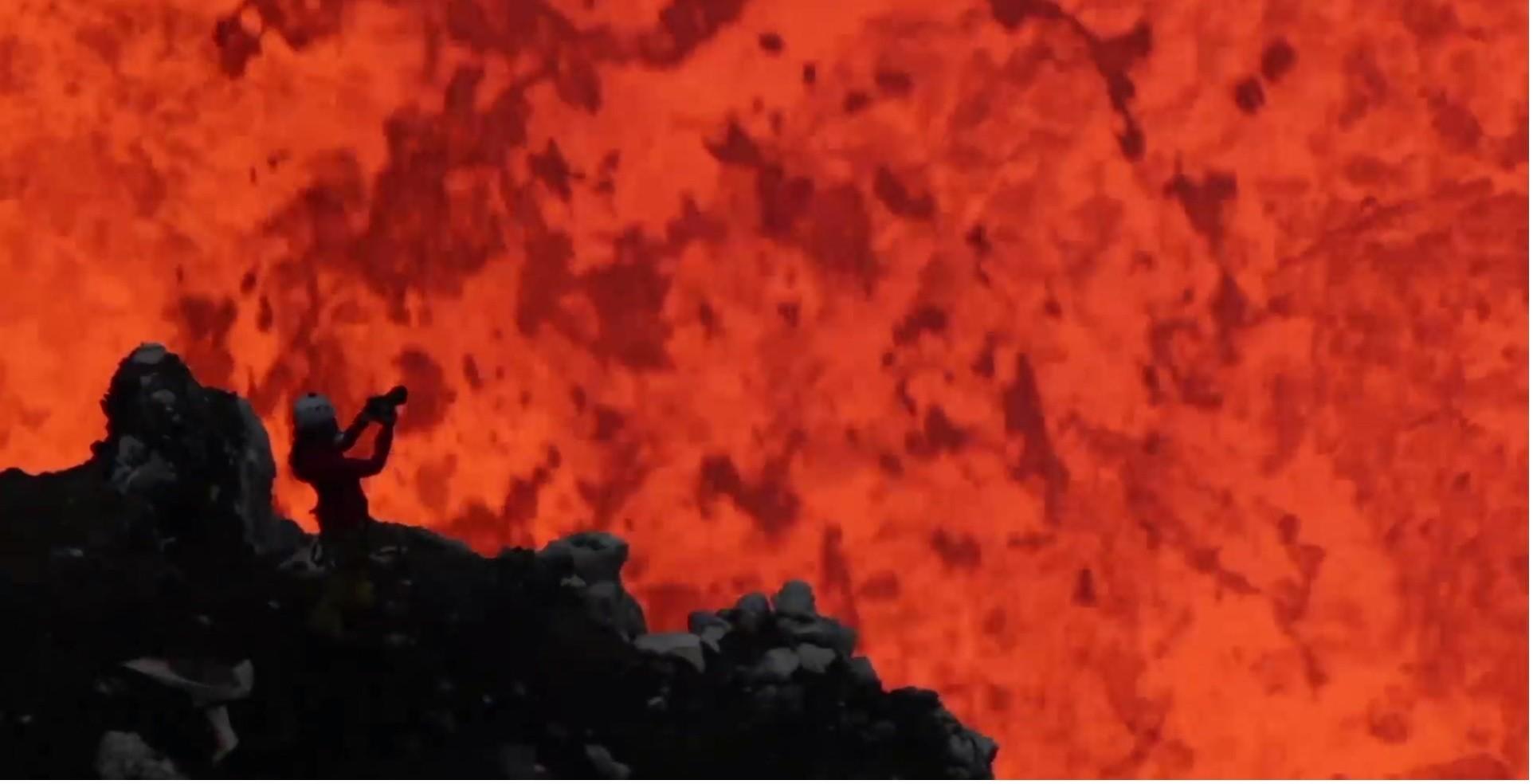 A fotógrafa que se arrisca para fazer imagens dentro de vulcões ativos