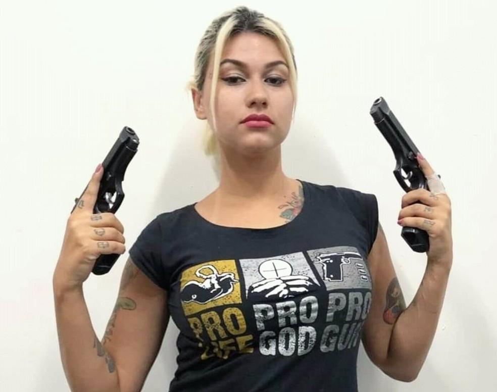 A apoiadora do presidente Jair Bolsonaro Sara Winter defende o armamento da população e já publicou nas redes sociais fotos com revólveres — Foto: Sara Winter/Twitter/Reprodução