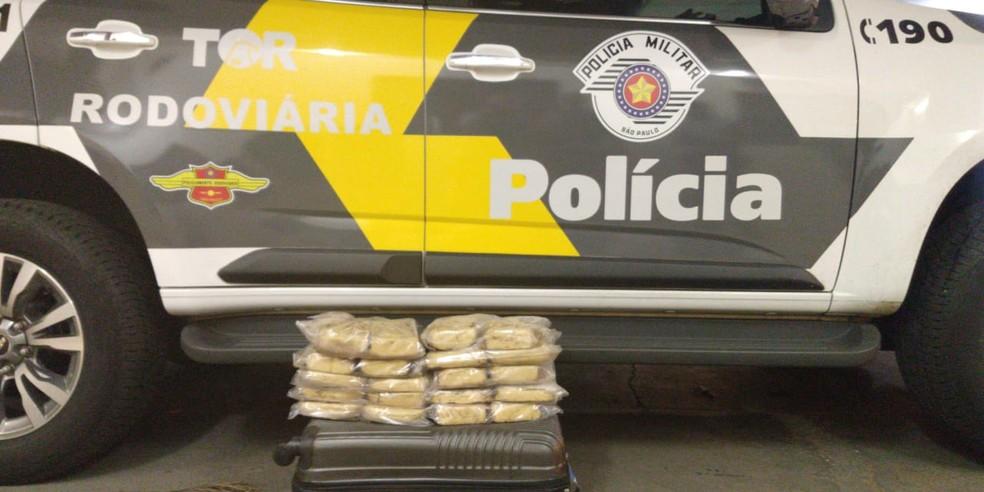 Droga estava escondida em fundo falso instalado em veículo — Foto: Polícia Rodoviária/Cedida