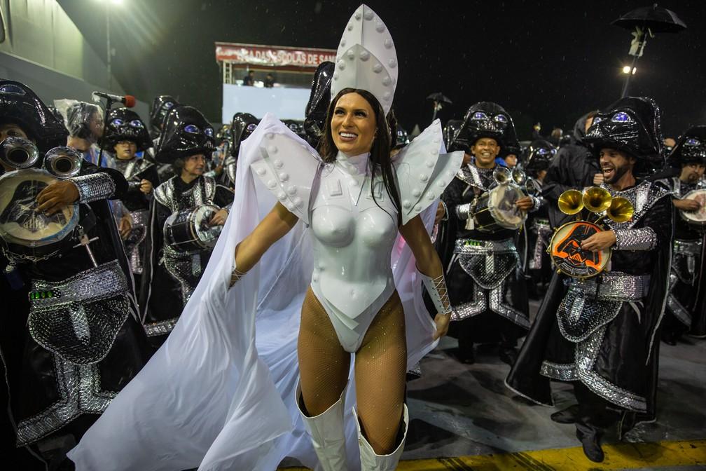Lívia Andrade, madrinha de bateria da Império de Casa Verde, no aquecimento  — Foto: Fábio Tito/G1