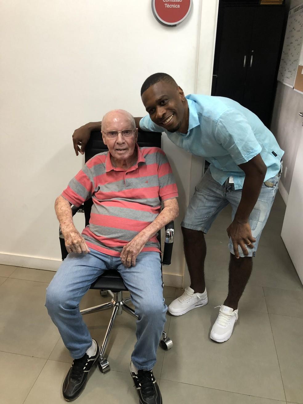 Zagallo posa para foto com Juan, que foi seu jogador na seleção brasileira e no Flamengo — Foto: Divulgação Flamengo