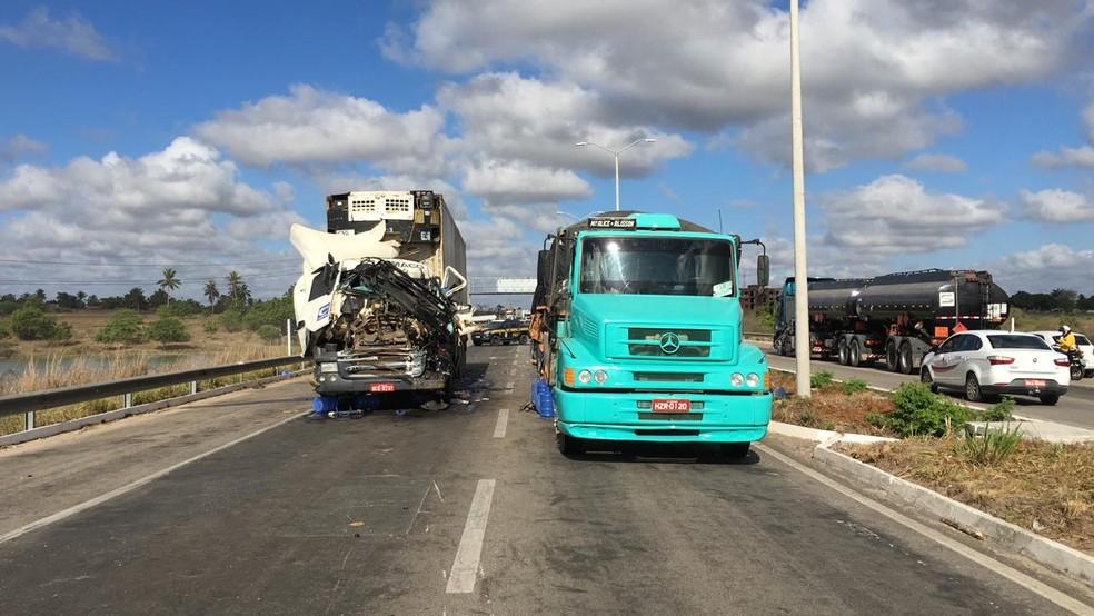 Acidente com dois caminhões e caminhonete deixou trânsito parado na BR-304 entre Macaíba e Parnamirim, na manhã desta sexta-feira (6) — Foto: Heloísa Guimarães/Inter TV Cabugi