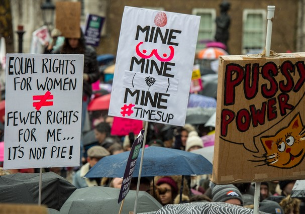 LONDON, ENGLAND - JANUARY 21:  Women's rights demonstrators hold placards and chant slogans during the Time's Up rally at Richmond Terrace, opposite Downing Street on January 21, 2018 in London, England. The Time's Up Women's March marks the one year anni (Foto: Getty Images)