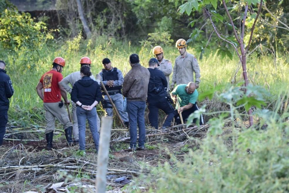 Pedreiro suspeito de assassinatos em série mostra a polícia e bombeiros local onde teria enterrado um dos corpos das vítimas  Foto: Vinicius Santana/Arquivo Pessoal