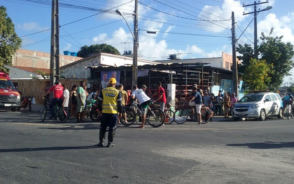 Atropelamento ocorreu no cruzamento entre a Estrada do Bongi e a Avenida Manoel Gonçalves da Luz — Foto: Aldo Carneiro/Pernambuco Press