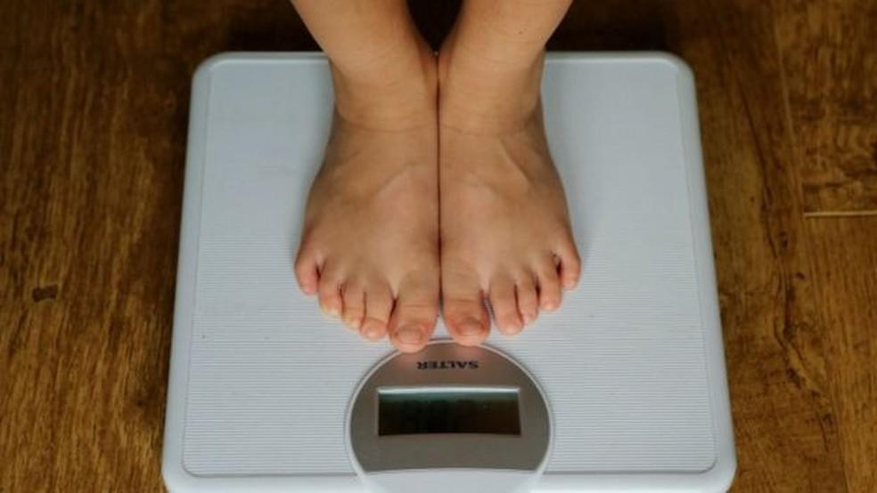 Segundo estudo, há 57% mais propensão de se obeso aquele que tiver como amigo ou amiga uma pessoa muito acima do peso — Foto: PA Media