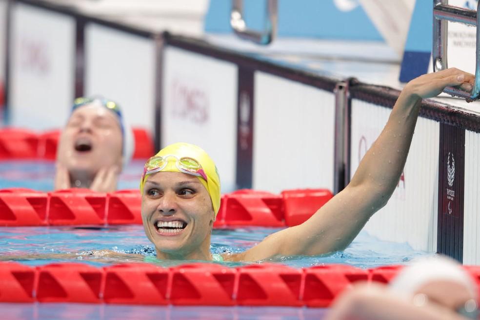 Carol Santiago comemora medalha de ouro nos 100m peito — Foto: Adam Pretty/Getty Images