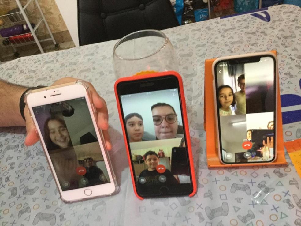 Mãe realiza festa por vídeo chamada ao filho durante quarentena, em Capão Bonito  — Foto: Priscila Mello/Arquivo Pessoal