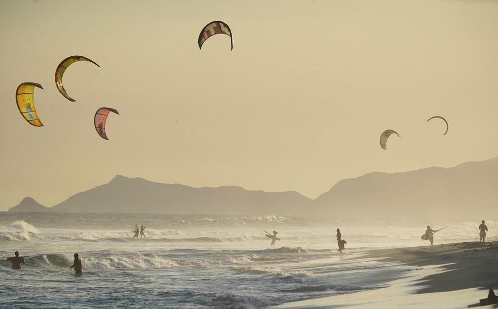RJ, 28/04/2020 Praticantes de kitesurf ignoram a recomendação de permanecer em casa e entram no mar da Barra da Tijuca — Foto: Marcos Serra Lima/G1