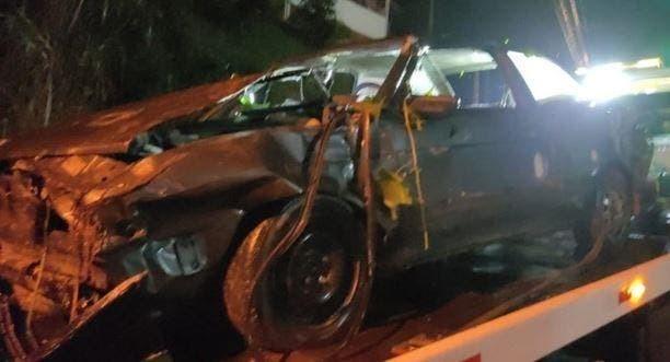 Carro com bebê e criança de 3 anos cai de ribanceira após veículo ser apedrejado em SC, diz PM