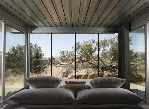 A modernidade da arquitetura desta casa contrasta a paisagem do deserto (Foto: Airbnb/ Reprodução)