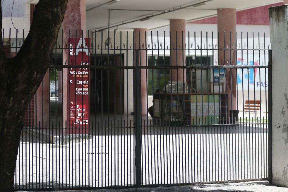 Universidade Católica de Pernambuco, localizada no Recife, teve aulas presenciais suspensas e fechou portões nesta terça (17) — Foto: Marlon Costa/Pernambuco Press