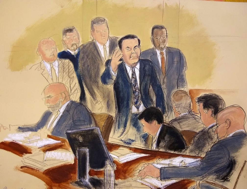 """Joaquín """"El Chapo"""" Guzmán, de terno azul, acenou para sua mulher ao entrar em tribunal do Brooklyn, em Nova York — Foto: Elizabeth Williams via AP"""