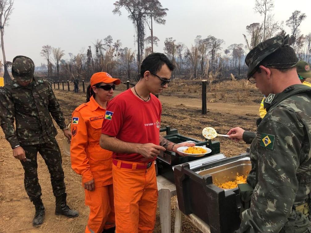 Refeição é servida para equipe que atua no combate das queimadas — Foto: 17ª Brigada/Divulgação