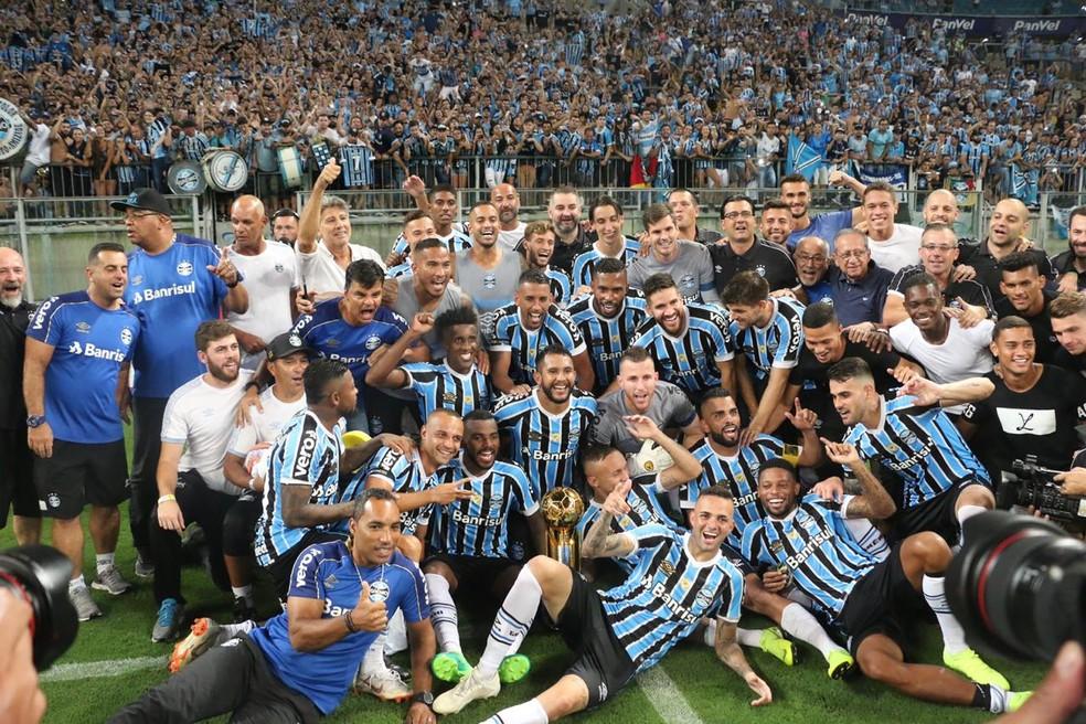 Jogadores do Grêmio comemoram a conquista da Recopa — Foto: Eduardo Moura