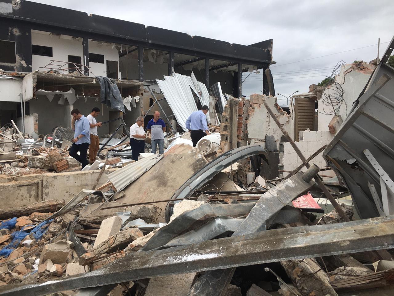 Aos poucos, comerciantes de Formiga retomam as atividades na rua em que padaria explodiu - Notícias - Plantão Diário