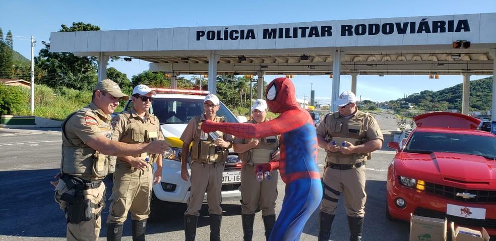 'Homem-aranha' doou frascos de álcool para a polícia de SC — Foto: PMRv/Divulgação