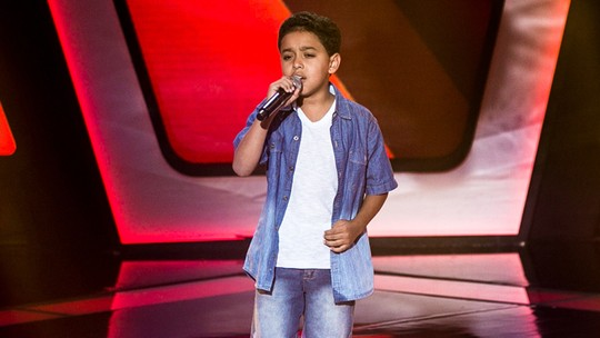 Igor Silveira canta em espanhol e escolhe o time de Carlinhos Brown