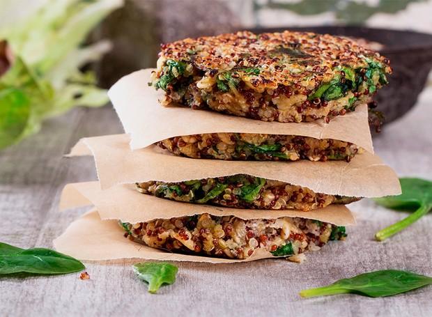 Hambúrguer vegetariano de quinoa é feito no forno (Foto: Divulgação)