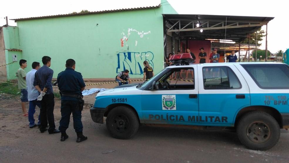 -  Vítima foi morta na calçada da tabacaria; polícia isolou o local  Foto: Osvaldo Nóbrega/TV Morena/Arquivo