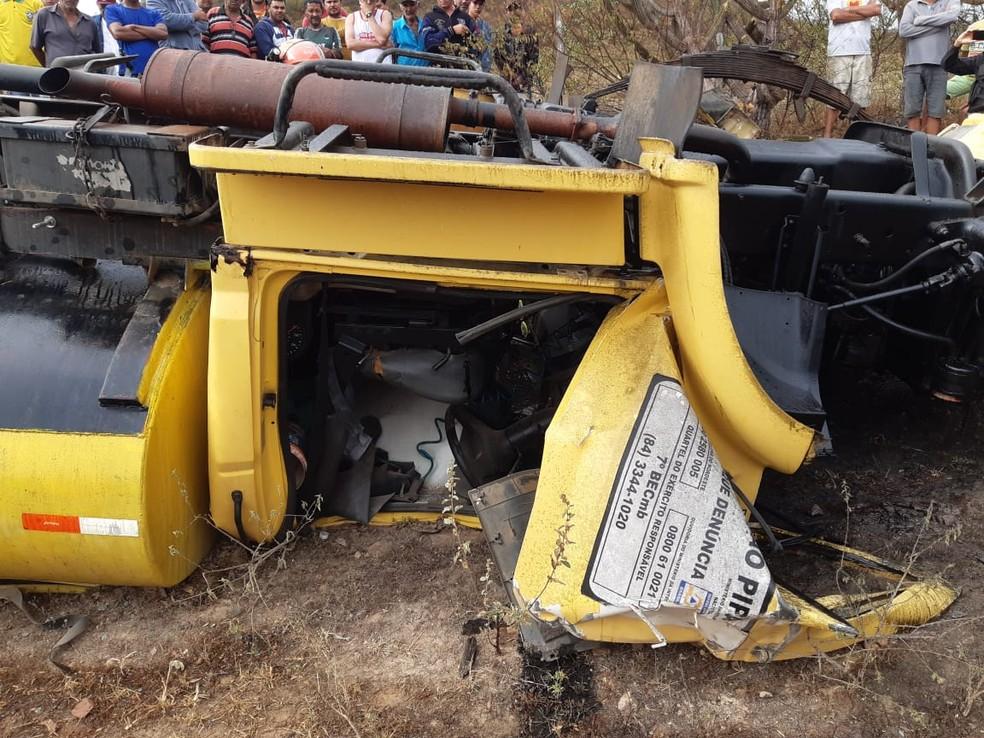 Acidente aconteceu em estrada do interior do RN; homem ficou preso às ferragens do caminhão — Foto: Divulgação/Corpo de Bombeiros