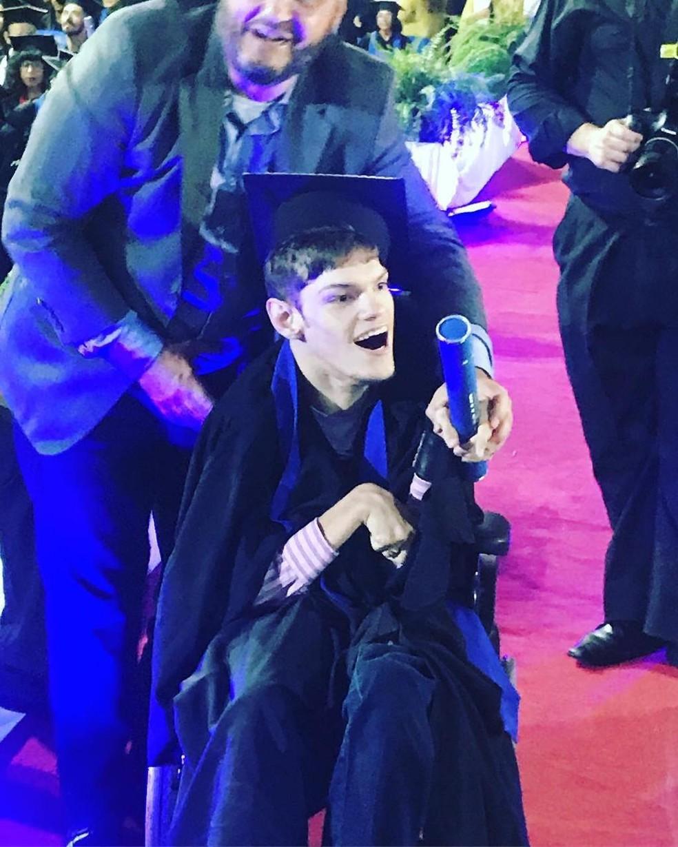 Jovem que sofreu paralisia cerebral ao nascer é ovacionado ao receber diploma da faculdade — Foto: Divulgação/Unifaccamp