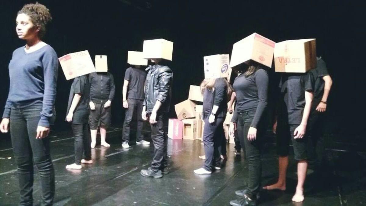 Espetáculo teatral 'Imediato' reflete sobre as loucuras da sociedade contemporânea em Mogi