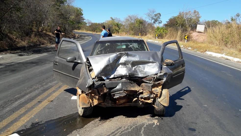 Carro envolvido no acidente na BR-242, em Barreiras, ficou destruído (Foto: Blog do Braga)