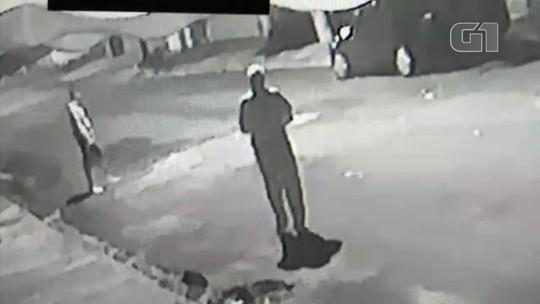 Idoso é agredido por dois homens no meio da rua em Vera Cruz; vídeo