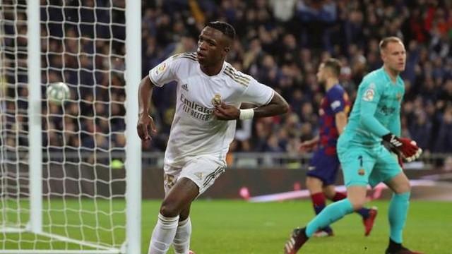Vinicius Junior comemora após marcar o primeiro gol do Real contra o Barcelona