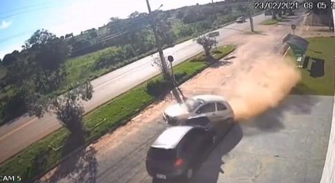 Motorista perde controle de carro em alta velocidade e bate em veículo estacionado em MT; veja vídeo