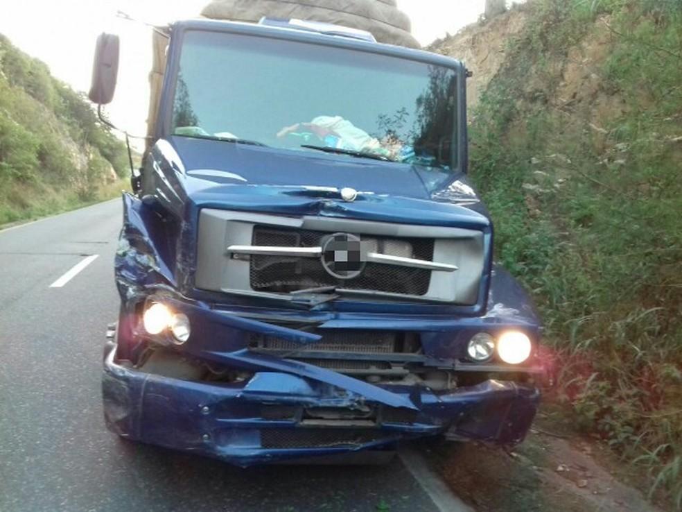Caminhão não conseguiu frear e acabou atropelando motociclista, que já havia sido atingido por carro, na BR-232, em Pombos (Foto: Divulgação/PRF)