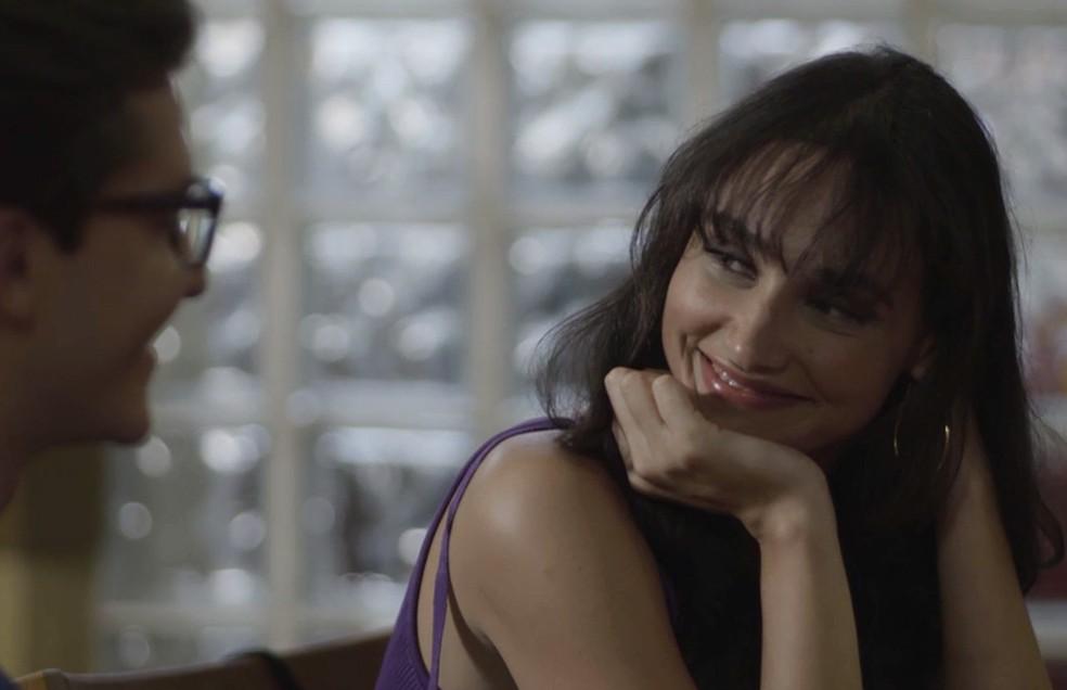 Patrick (Klebber Toledo) e Gisela (Débora Nascimento) estão encantados um pelo outro, em 'Verão 90' — Foto: TV Globo