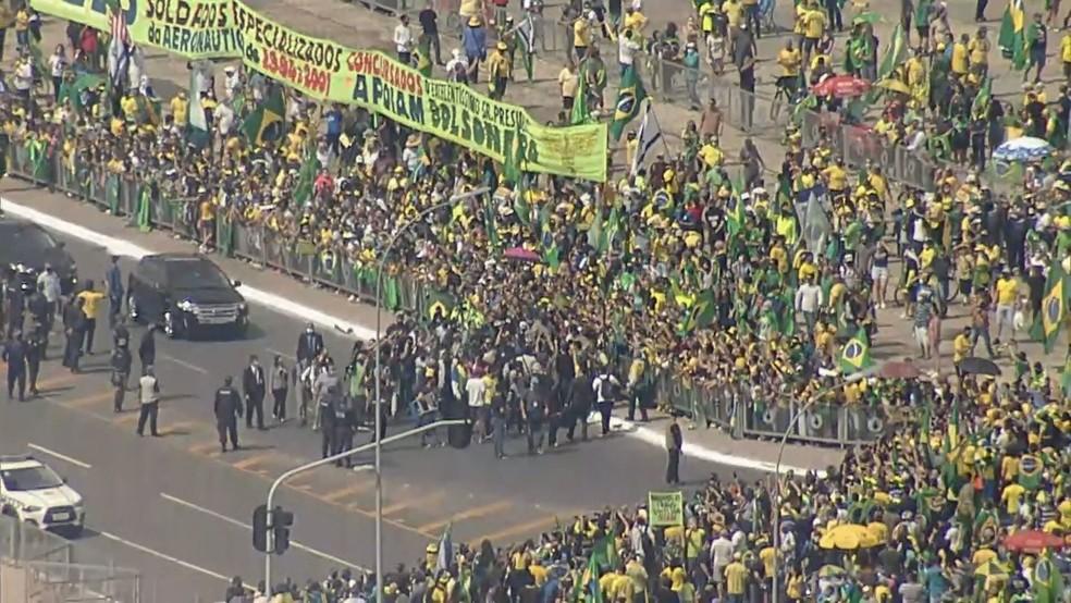 Bolsonaro participa de ato de apoiadores em Brasília e causa aglomeração — Foto: Reprodução/TV Globo