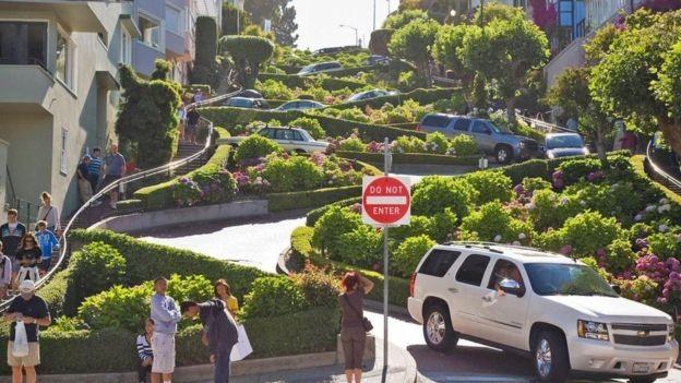 BBC - Moradores de São Francisco se queixam de turistas tirando selfies e enchendo a Lombard Street (Foto: SF SINIBOMB IMAGES/ALAMY)
