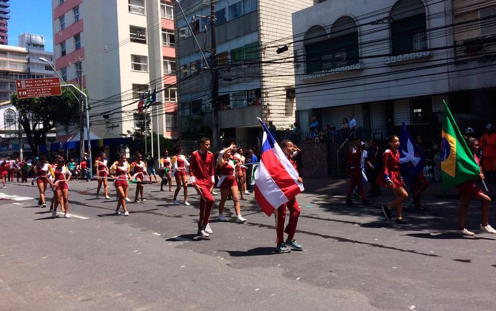 Fanfarra do colégio 2 de Julho desfila no cortejo (Foto: Henrique Mendes/G1)