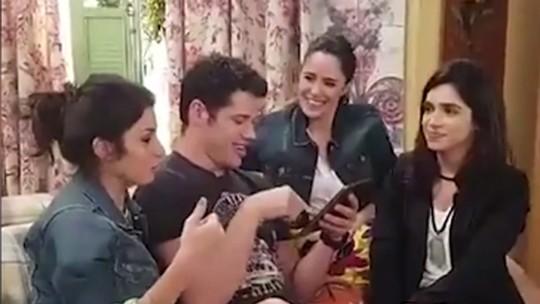 José Loreto comanda bate-papo com elenco nos bastidores de 'Haja Coração'; veja vídeo
