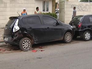 Carros atingidos estavam estacionados. (Foto: Reprodução/TV Tapajós)