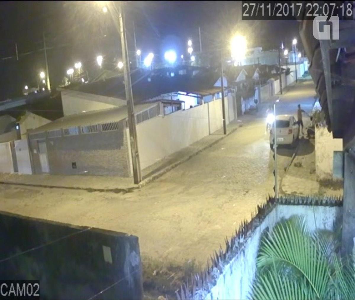 Vídeo mostra dupla armada roubando carro, em João Pessoa