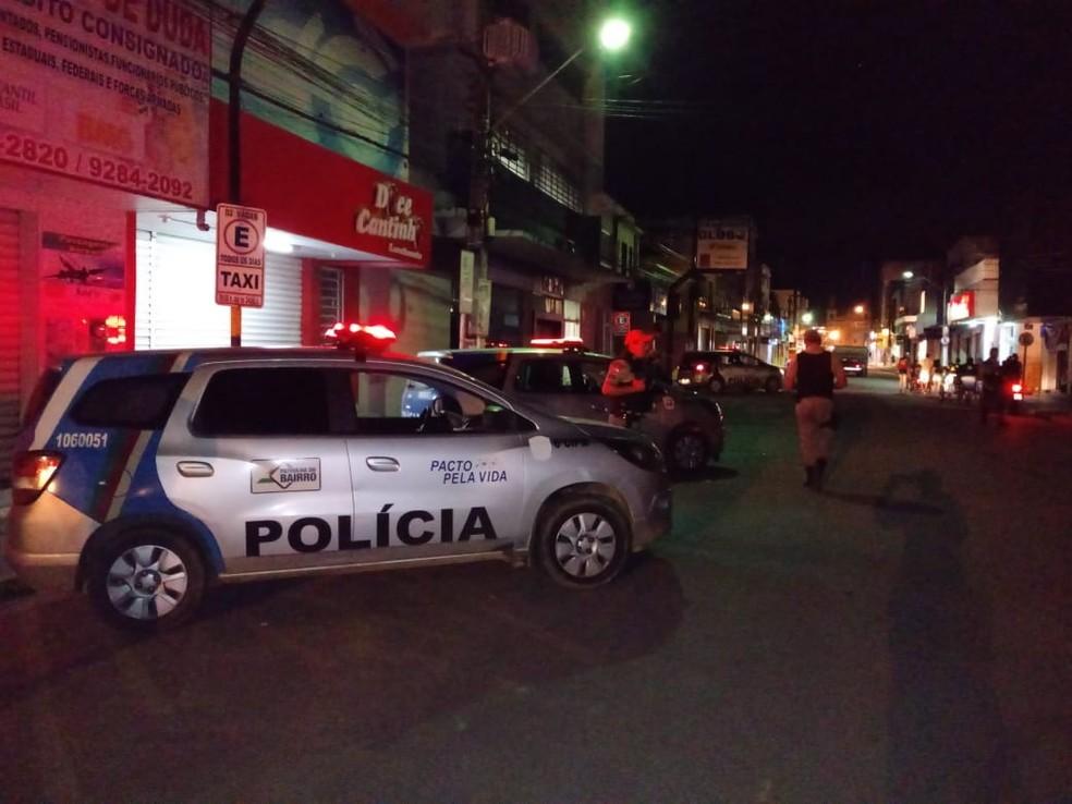 Polícia Militar isolou a área da Caixa Econômica atacada por bandidos no Centro de Limoeiro, no Agreste de Pernambuco, neste sábado (30) (Foto: Reprodução/WhatsApp)
