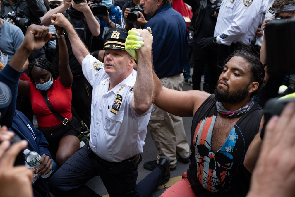 O chefe do departamento de polícia da cidade de Nova York, Terence Monahan, se ajoelha com manifestantes durante uma marcha pela cidade para protestar contra a morte de George Floyd nesta segunda-feira (1º) — Foto: Craig Ruttle/AP