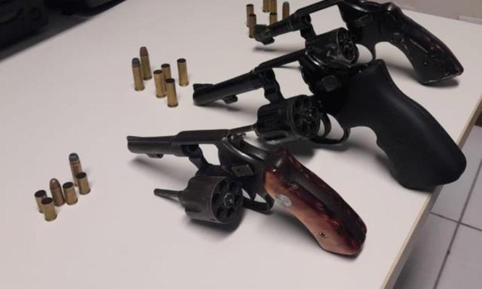 Armas apreendidas em Feira de Santana — Foto: Divulgação/Polícia Militar