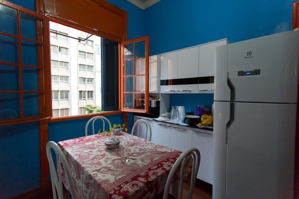 A vista é para a Avenida São João. A cozinha é de Taís Miranda, que mora há sete anos na ocupação (Foto: Marcelo Brandt/G1)