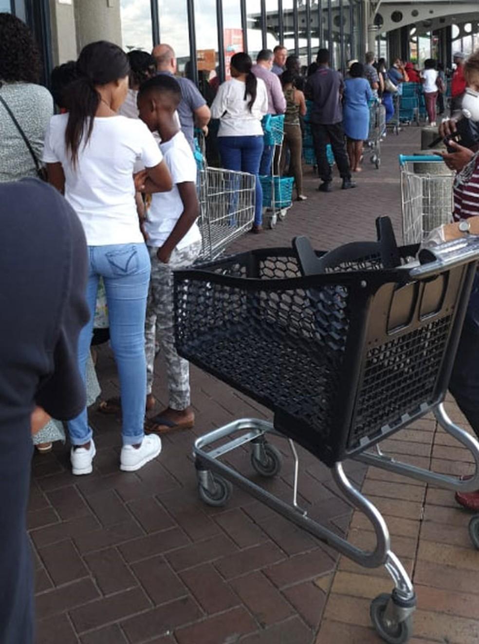 Pessoas fazem fila para entrar em supermercado em Joanesburgo, na África do Sul, às vésperas de isolamento determinado pelo governo — Foto: Thalita Melo Pimenta/Arquivo pessoal