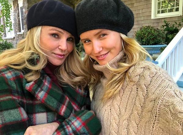 A modelo Christie Brinkley (64 anos) e a filha modelo Sailor Brinkley Cook (20 anos) (Foto: Instagram)