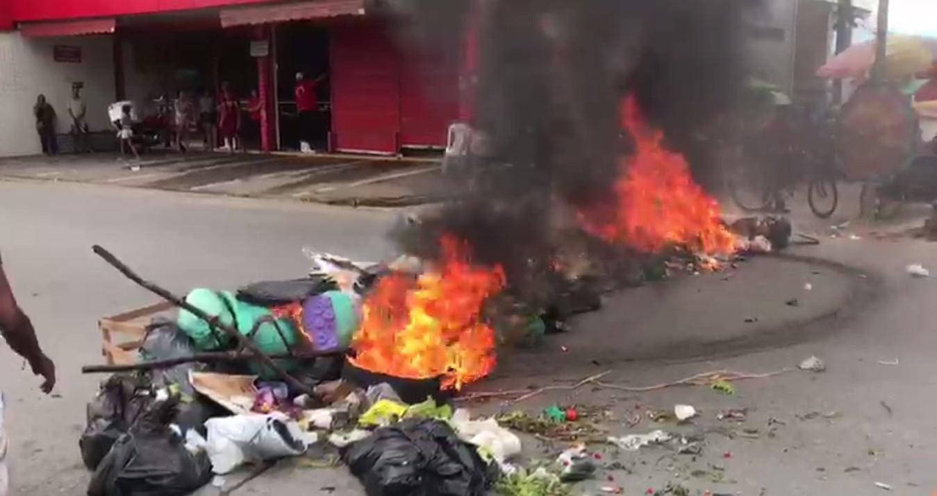 Ambulantes protestam contra ação da prefeitura na Feirinha do Jacintinho