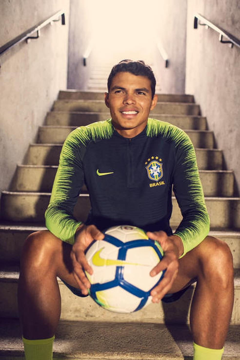 Thiago Silva com a camisa de treino da seleção brasileira  (Foto: Divulgação)