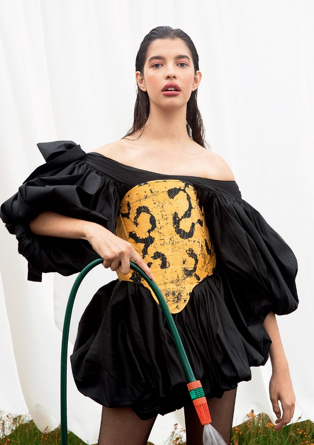 Vestido (R$ 5.899) e corset, ambos Atelier Le Lis, anéis Officinale (R$ 595 cada) e meias Lupo (R$ 24) (Foto: Caio Ramalho)